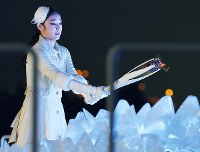 2010 Vancouver Olympic figure skating gold medalist Kim Yuna prepares to light the Olympic cauldron at the opening ceremony of the Pyeongchang Winter Games in Pyeongchang, South Korea, on Feb. 9, 2018. (Mainichi)
