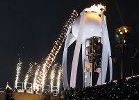 2010 Vancouver Olympic figure skating gold medalist Kim Yuna lights the Olympic cauldron at the opening ceremony of the Pyeongchang Winter Games in Pyeongchang, South Korea, on Feb. 9, 2018. (Mainichi)