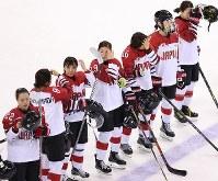 【日本―スウェーデン】スウェーデンに破れ、肩を落とす選手たち=関東ホッケーセンターで2018年2月10日、佐々木順一撮影