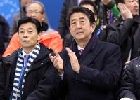 アイスホッケー女子1次リーグ、日本の初戦を観戦する安倍晋三首相(右)=関東ホッケーセンターで2018年2月10日、佐々木順一撮影