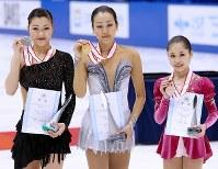 全日本選手権でメダルを手に笑顔を見せる(左から)2位の村上佳菜子、1位の浅田真央、3位の宮原知子=真駒内セキスイハイムアイスアリーナで2012年12月23日、貝塚太一撮影
