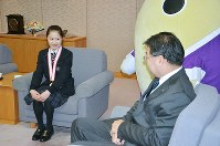 山田啓二知事(右)と歓談する宮原知子選手=京都市上京区の府庁で2015年1月26日午後4時6分、礒野健一撮影