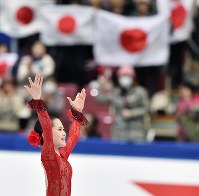 NHK杯・女子SPで演技を終えて観客の声援に応える宮原知子=長野市のビッグハットで2015年11月27日、宮間俊樹撮影