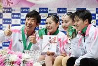 フィギュアスケートジャパンオープンで優勝し記念撮影に応じる(左から)織田信成、宮原知子、樋口新葉、宇野昌磨=さいたまスーパーアリーナで2016年10月1日、西本勝撮影