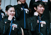 NHK杯前の記者会見を終えて記念撮影に応じる羽生結弦(右)と宮原知子=札幌市内のホテルで2016年11月24日、宮間俊樹撮影