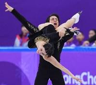 フィギュア団体のアイスダンスSDで演技するカナダのテッサ・バーチュー、スコット・モイヤー組=韓国・江陵アイスアリーナで2018年2月11日、手塚耕一郎撮影