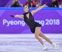フィギュア団体の女子SPで演技するカナダのケイトリン・オズモンド=韓国・江陵アイスアリーナで2018年2月11日、手塚耕一郎撮影