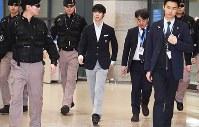 韓国に到着して空港ロビーを歩くフィギュアスケートの羽生結弦=韓国・仁川国際空港で2018年2月11日、山崎一輝撮影