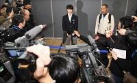 韓国に到着して取材を受けるフィギュアスケートの羽生結弦=韓国・仁川国際空港で2018年2月11日、山崎一輝撮影