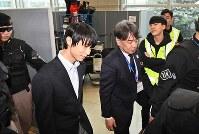 韓国に到着して囲み取材を受けるフィギュアスケートの羽生結弦=韓国・仁川国際空港で2018年2月11日、山崎一輝撮影