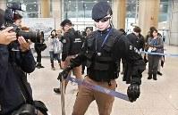 フィギュアスケートの羽生結弦の到着を待つ空港ロビーで規制線を張る兵備員たち=韓国・仁川国際空港で2018年2月11日、山崎一輝撮影