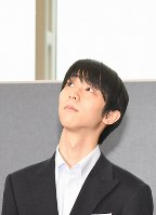 韓国に到着して、報道陣からのインタビューを受ける前に天井を見上げるフィギュアスケートの羽生結弦=韓国・仁川国際空港で2018年2月11日、山崎一輝撮影