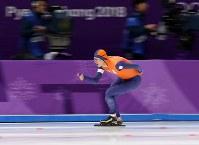 スピードスケート男子5000メートルで優勝し、五輪3連覇を果たしたクラマー=江陵オーバルで2018年2月11日、佐々木順一撮影