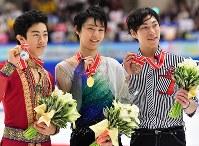 【NHK杯フィギュア】男子シングルで優勝した羽生結弦(中央)。左は2位のチェン、右は3位の田中刑事=真駒内セキスイハイムアイスアリーナで2016年11月26日、宮間俊樹撮影