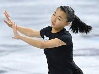 全日本選手権、リラックスした様子で練習を行う坂本花織=東京都調布市の武蔵野の森総合スポーツプラザで2017年12月20日、手塚耕一郎撮影