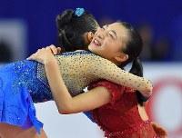 女子フリーで2位となり、優勝の宮原知子(左)と抱き合う坂本花織=東京都調布市の武蔵野の森総合スポーツプラザで2017年12月23日、手塚耕一郎撮