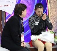 女子フリーの演技を終え、祈るようなポーズで採点を待つ坂本花織(右)=東京都調布市の武蔵野の森総合スポーツプラザで2017年12月23日、佐々木順一撮影