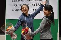 壮行会で三原舞依選手(右)と一緒にポーズを取る坂本花織選手=神戸市中央区の市立ポートアイランドスポーツセンターで2018年1月11日午前10時31分