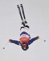 モーグル女子決勝1回目で第2エアを決める村田愛里咲=フェニックス・スノーパークで2018年2月11日、宮間俊樹撮影