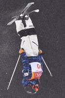 モーグル女子決勝1回目で第1エアを決める村田愛里咲=フェニックス・スノーパークで2018年2月11日、宮間俊樹撮影