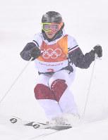 モーグル女子で優勝したペリーヌ・ラフォンの1回目の滑り=フェニックス・スノーパークで2018年2月11日、宮間俊樹撮影