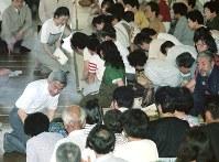 この時「平成流」の天皇像が生まれた。普賢岳噴火の避難者に、お見舞いの言葉をかける天皇、皇后両陛下=長崎県島原市の島原第一小学校で1991年7月10日、関口純撮影