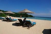 バリ島のヌサドゥアビーチで思い思いに過ごす観光客