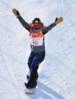 スノーボード女子スロープスタイル決勝1回目で着地後、観客の声援に応える9位に入った藤森由香=フェニックス・スノーパークで2018年2月12日、宮間俊樹撮影