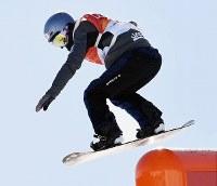 スノーボード女子スロープスタイル決勝1回目でレールを滑る鬼塚雅=フェニックス・スノーパークで2018年2月12日、山崎一輝撮影
