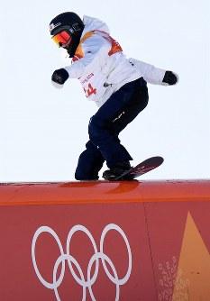 スノーボード女子スロープスタイル決勝1回目でレールを滑る広野あさみ=フェニックス・スノーパークで2018年2月12日、山崎一輝撮影