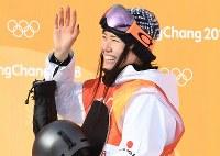 スノーボード女子ハーフパイプ予選2回目を終えて笑顔でテレビカメラに手を振る松本遥奈=フェニックス・スノーパークで2018年2月12日、山崎一輝撮影