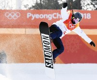 スノーボード女子ハーフパイプ予選2回目でエアを決める松本遥奈=フェニックス・スノーパークで2018年2月12日、山崎一輝撮影