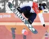 スノーボード女子ハーフパイプ予選2回目でエアを決める冨田せな=フェニックス・スノーパークで2018年2月12日、山崎一輝撮影
