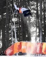 スノーボード女子ハーフパイプ予選2回目でエアを決める大江光=フェニックス・スノーパークで2018年2月12日、山崎一輝撮影