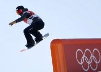 スノーボード女子スロープスタイル決勝2回目で滑走する藤森由香=フェニックス・スノーパークで2018年2月12日、山崎一輝撮影