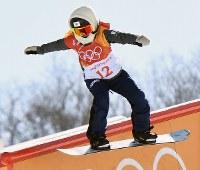 スノーボード女子スロープスタイル決勝2回目で滑走する岩渕麗楽=フェニックス・スノーパークで2018年2月12日、山崎一輝撮影