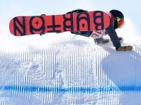 スノーボード女子スロープスタイル決勝2回目、エアで転倒する藤森由香=フェニックス・スノーパークで2018年2月12日、宮間俊樹撮影