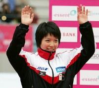 W杯・女子1000メートルで3位に入賞し笑顔で歓声に応える小平奈緒=エムウェーブで2006年12月9日、兵藤公治撮影