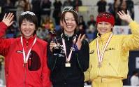 全日本距離別選手権・女子五百メートルの表彰式で笑顔を見せる(右から)3位の岡崎朋美、優勝した吉井小百合、2位の小平奈緒=長野市のエムウェーブで2008年10月25日、石井諭撮影