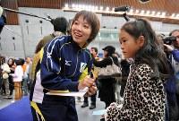 全日本距離別選手権の試合後のファン交流会で子供たちにサインする小平奈緒選手=長野市のエムウェーブで2009年10月25日、須賀川理撮影