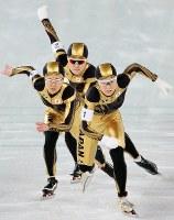 バンクーバー五輪女子団体追い抜き決勝で力走する(前から)穂積雅子、田畑真紀、小平奈緒=五輪オーバルで2010年2月27日、石井諭撮影
