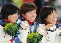 バンクーバー五輪・銀メダルを手に笑顔を見せる(左から)田畑真紀、小平奈緒、穂積雅子=五輪オーバルで2010年2月27日、須賀川理撮影