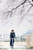 自転車で母校に通うスピードスケートの小平奈緒選手=長野県長野市で2010年4月13日、梅田麻衣子撮影