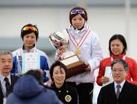 全日本スプリントスピードスケート選手権で女子総合優勝した小平奈緒(奥中央)と2位の高木美帆(同左)、3位の辻麻希(同右)=岩手県営スケート場で2010年12月29日、丸山博撮影