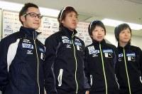 前日の公式練習を終え、本番での活躍を誓う(左から)加藤条治、長島圭一郎、小平奈緒、高木美帆=長野市のエムウェーブで2012年12月7日、藤野智成撮影