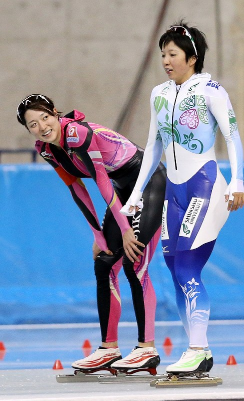 全日本距離別選手権・女子1500メートルのレース後に小平奈緒(右)と話をする菊池彩花=エムウェーブで2013年10月25日、貝塚太一撮影