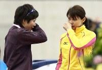 ソチ五輪代表選考会女子500メートルのレース後に抱き合った後、そろって涙ぐむ小平(左)と岡崎=長野市のエムウェーブで2013年12月28日、山本晋撮影