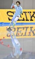 全日本距離別選手権・女子500メートルで国内最高記録を更新し拳を握り喜ぶ小平奈緒=長野市のエムウェーブで2016年10月22日、宮間俊樹撮影