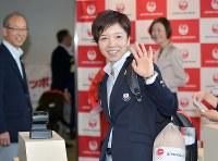 手を振りながら、韓国行きの飛行機に乗り込むスピードスケートの小平奈緒選手=成田空港で2018年2月4日午前11時57分、藤井達也撮影