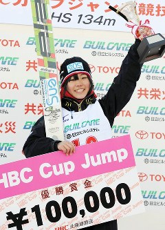 HBC杯女子で優勝し、表彰台で喜ぶ高梨沙羅=札幌市大倉山ジャンプ競技場で2011年1月10日、木葉健二撮影